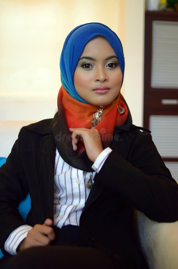 Бизнес-леди Muslimah в головной улыбке шарфа стоковые фото