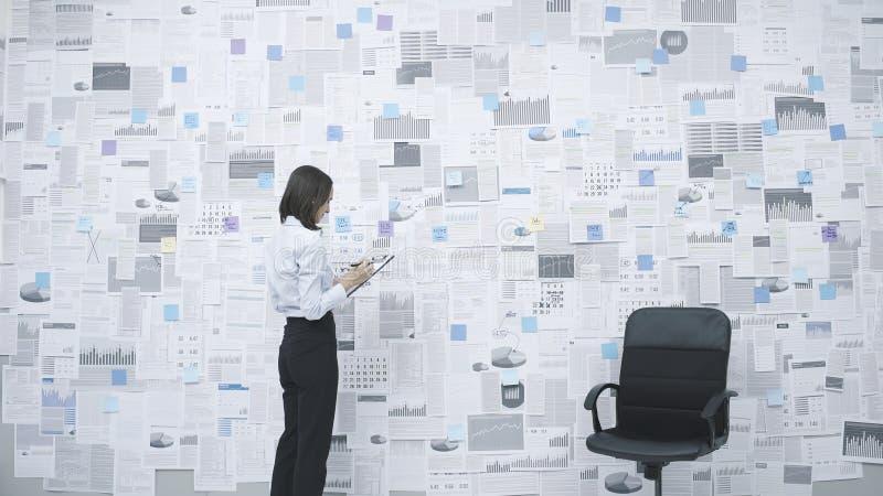 Бизнес-женщина, анализирующая финансовые данные стоковые фотографии rf