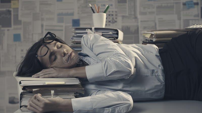 Бизнес-исполнитель спит на столе стоковые изображения rf