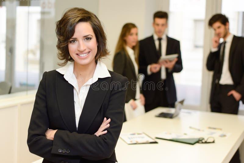 Бизнес лидер смотря камеру в рабочей Среде стоковая фотография rf
