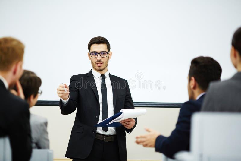 Бизнес-конференция на злободневном вопросе стоковое изображение