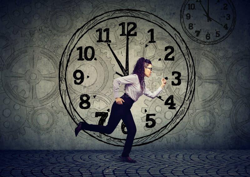 Бизнес-леди бежать из времени стоковое фото rf