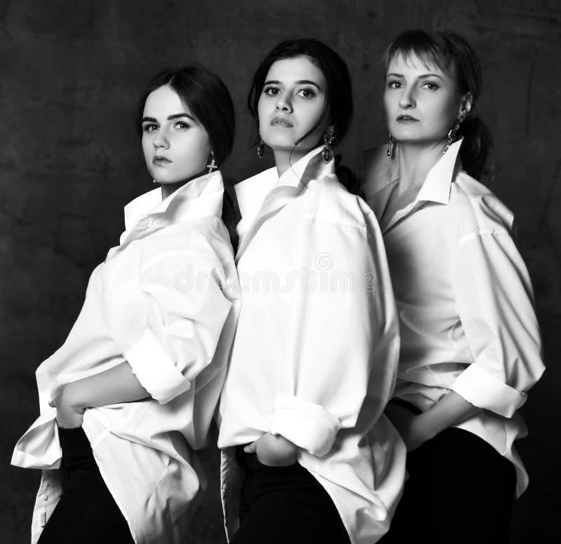 Бизнес-леди 3 в белых случайных рубашках представляя и имея потеху стоковые изображения