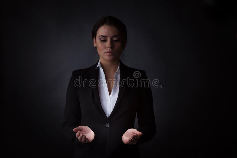Бизнес-леди держа абстрактный накаляя объект стоковое изображение rf