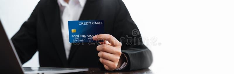 Бизнес-леди держа кредитную карточку и ноутбук с ходить по магазинам онлайн Оплатите онлайн для удобства стоковые фотографии rf