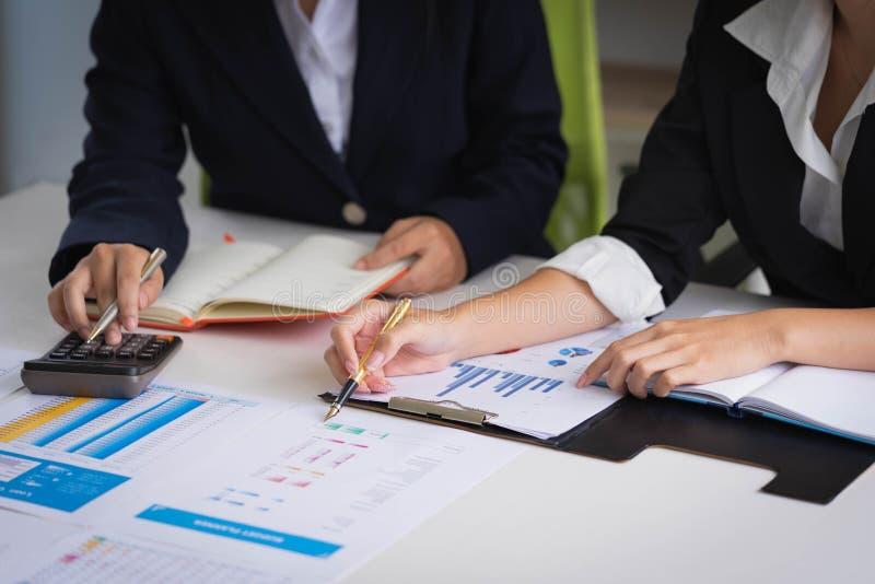 Бизнес-леди держа ручку указывая отчет и партнерство стоковая фотография