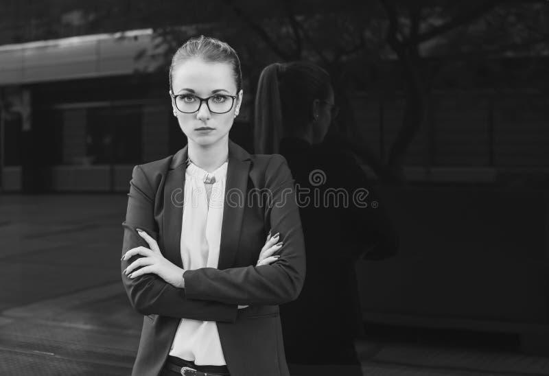 Бизнес-леди или учитель смотря камеру, черно-белую стоковая фотография