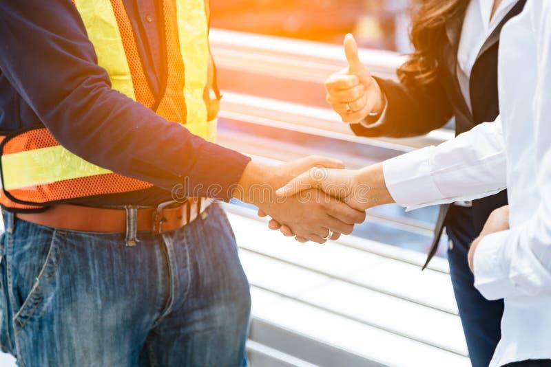 Бизнес-леди и рукопожатие инженера Дело успеха стоковая фотография