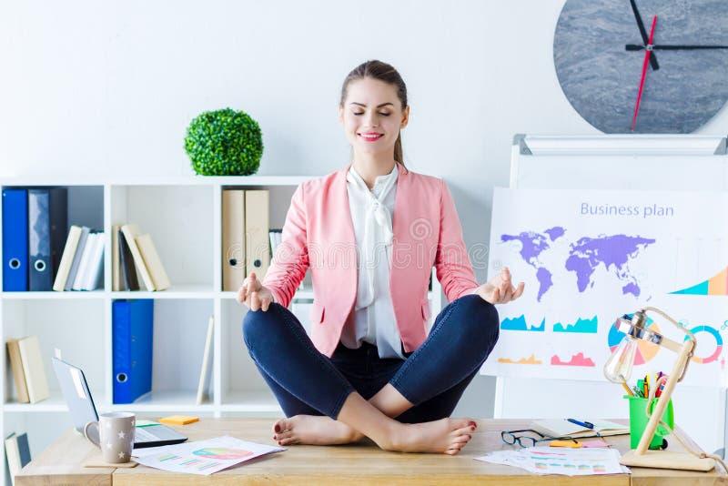 Бизнес-леди красоты уверенная ослабляя на офисе стоковая фотография rf