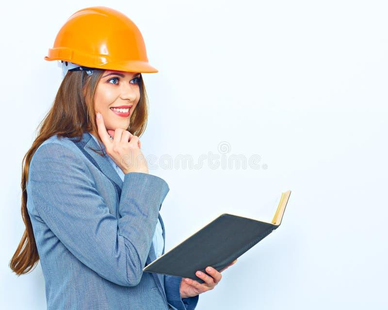 Бизнес-леди нося здание защищает шлем, busin удерживания стоковая фотография