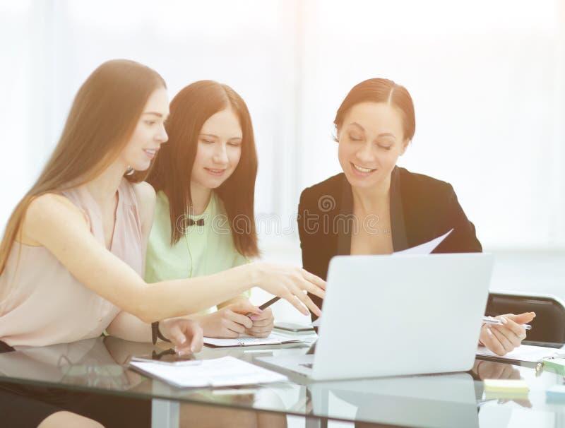 3 бизнес-леди обсуждая вопросы работы в офисе стоковые изображения rf