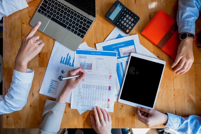 Бизнес-леди обсуждая с ноутбуком, планшетом, калькулятором стоковые фотографии rf