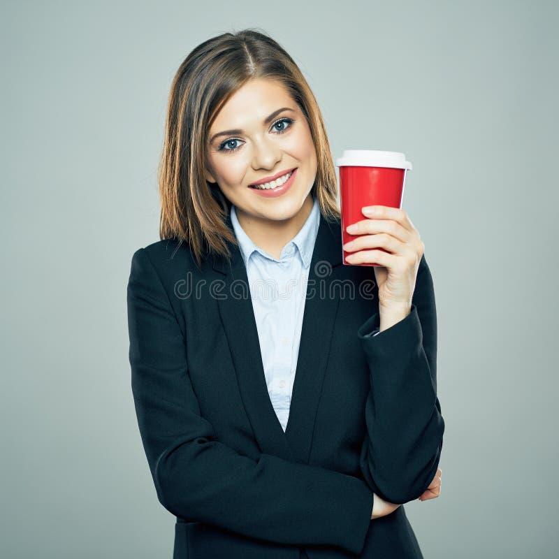 Бизнес-леди одела усмехаться костюма стиля offise и владение красный c стоковое изображение