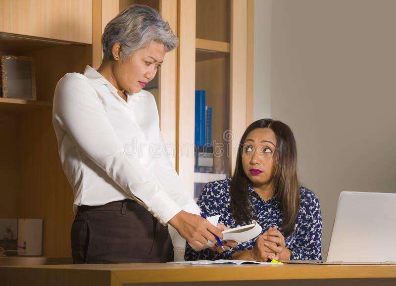 Бизнес-леди осадки придирчивая и браня на девушке работника сердитой для ошибки совершитой секретаршей в боссе или главной власти стоковая фотография