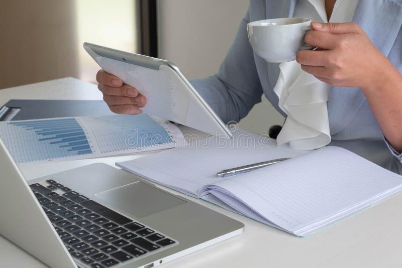 Бизнес-леди проанализировала диаграмму, установила цели для нового успеха управления стоковое изображение
