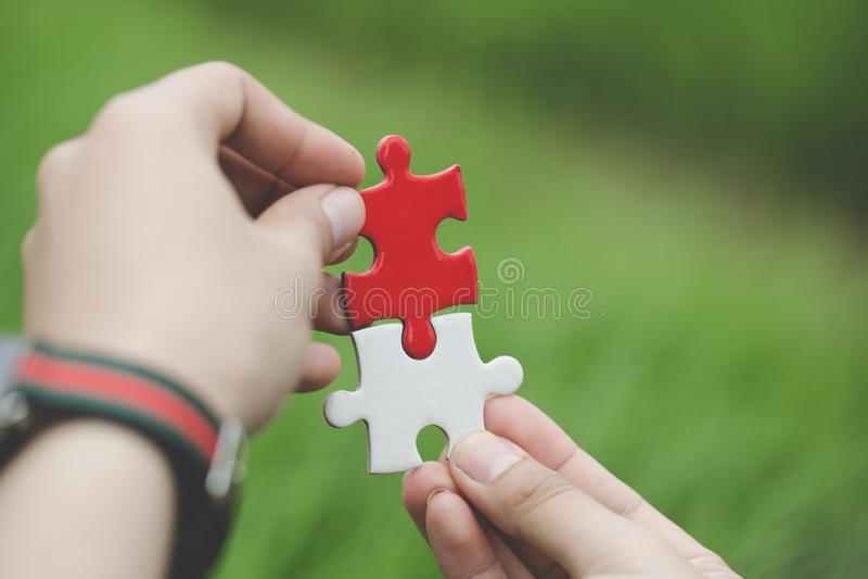 Бизнес-леди пробует соединить часть головоломки пар Символ ассоциации и соединения Концепция стратегии бизнеса стоковые изображения rf