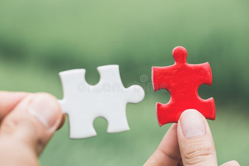 Бизнес-леди пробует соединить часть головоломки пар Символ ассоциации и соединения Концепция стратегии бизнеса стоковая фотография