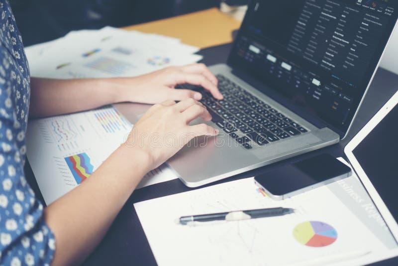 Бизнес-леди работают на столе в утре стоковые изображения