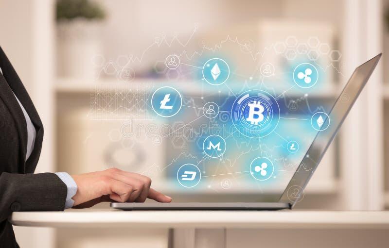 Бизнес-леди работая на компьтер-книжке с сетью связи bitcoin и онлайн концепцией иллюстрация штока