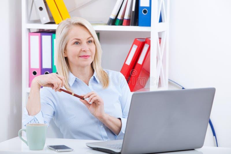 Бизнес-леди работая на aptop Беседовать с клиентом онлайн через болтовню Бурные эмоции выражают наслаждение стоковые фото