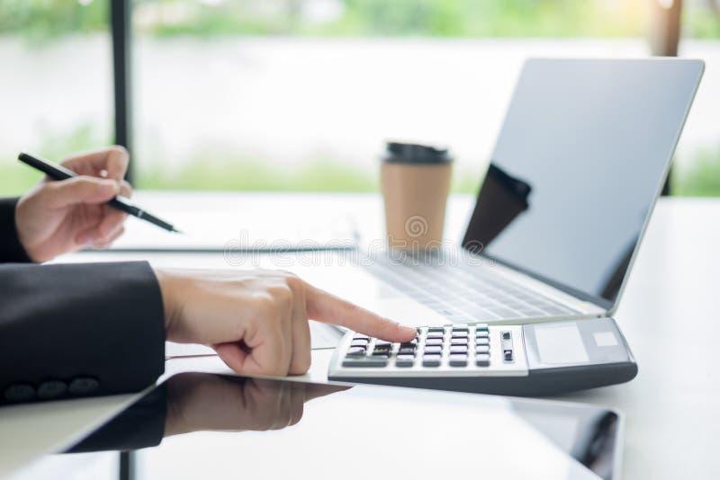 бизнес-леди с ноутбуком, командой дела работая на новом бизнес-плане с современной вычислительной машиной дискретного действия, д стоковые фотографии rf