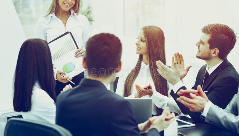 Бизнес-леди с успешным представлением в современном офисе стоковое изображение