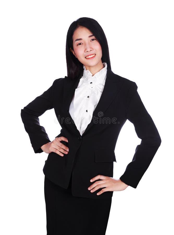 Бизнес-леди улыбка и оружия подбоченясь изолировали на белом backgr стоковые изображения rf