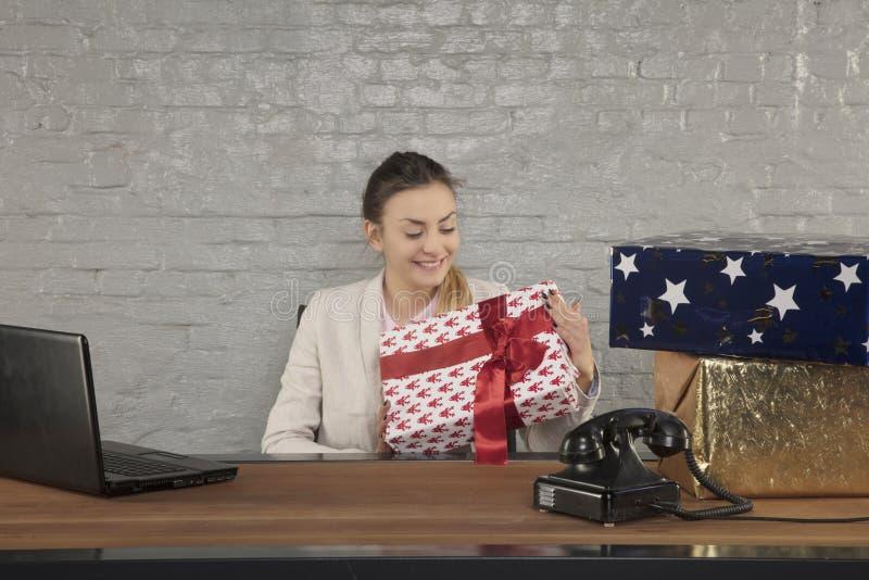 Бизнес-леди усмехаясь в мысли открытие настоящего момента стоковые изображения