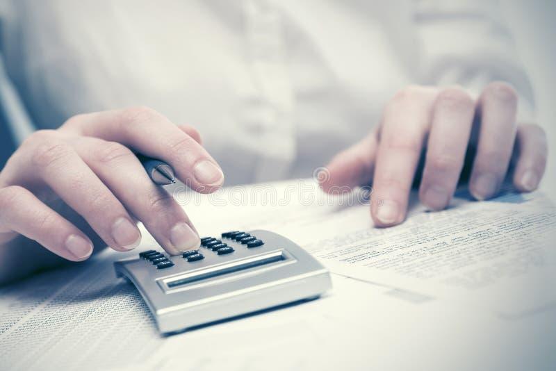 Бизнес-леди финансового учета используя калькулятор стоковое изображение rf