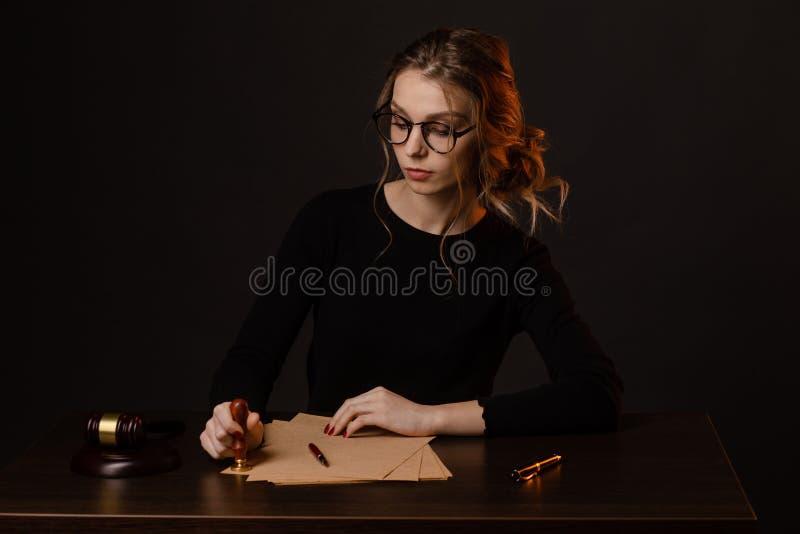 Бизнес-леди юриста работая и знаки нотариуса документы на офисе юрист консультанта, правосудие и закон, юрист стоковая фотография