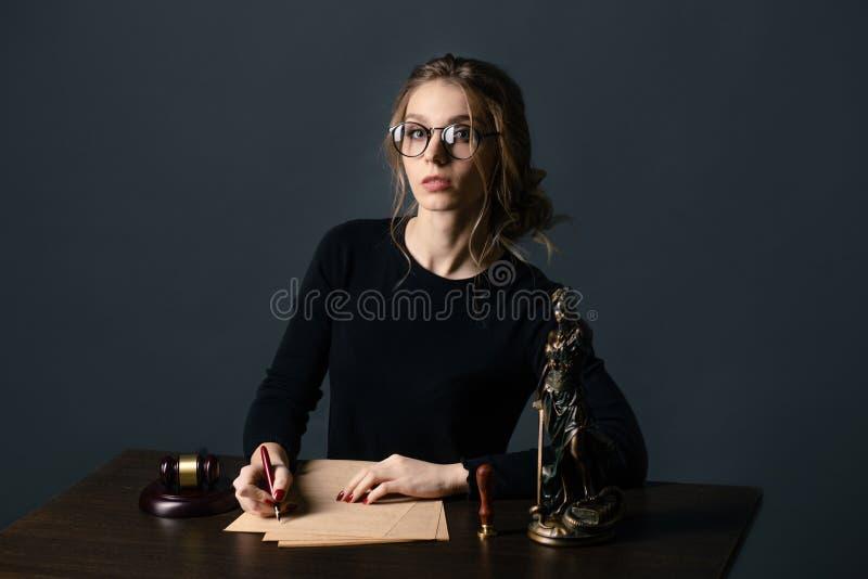Бизнес-леди юриста работая и знаки нотариуса документы на офисе юрист консультанта, правосудие и закон, юрист стоковые изображения