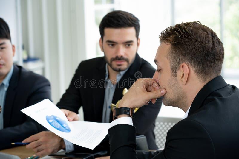 Бизнес лидер обдумывает бумага удельного веса на рынке от бизнесмена давая представление стоковое фото rf