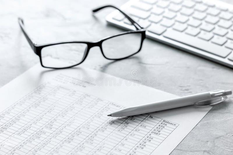 Бизнес-отчет подготавливая с калькулятором и стеклами на предпосылке офиса стоковое изображение