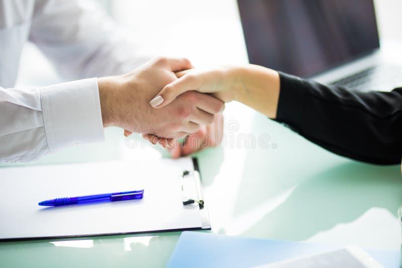 Бизнес Рукопожатие и бизнесмены дела концепция дела рукопожатия в офисе стоковая фотография rf