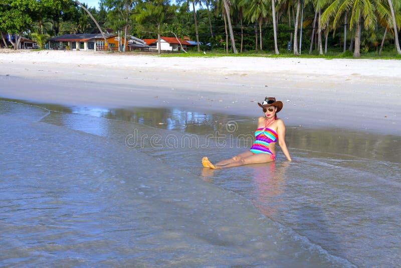 Бикини женщины сексуальное и солнечность шляпы на пляже стоковое изображение rf