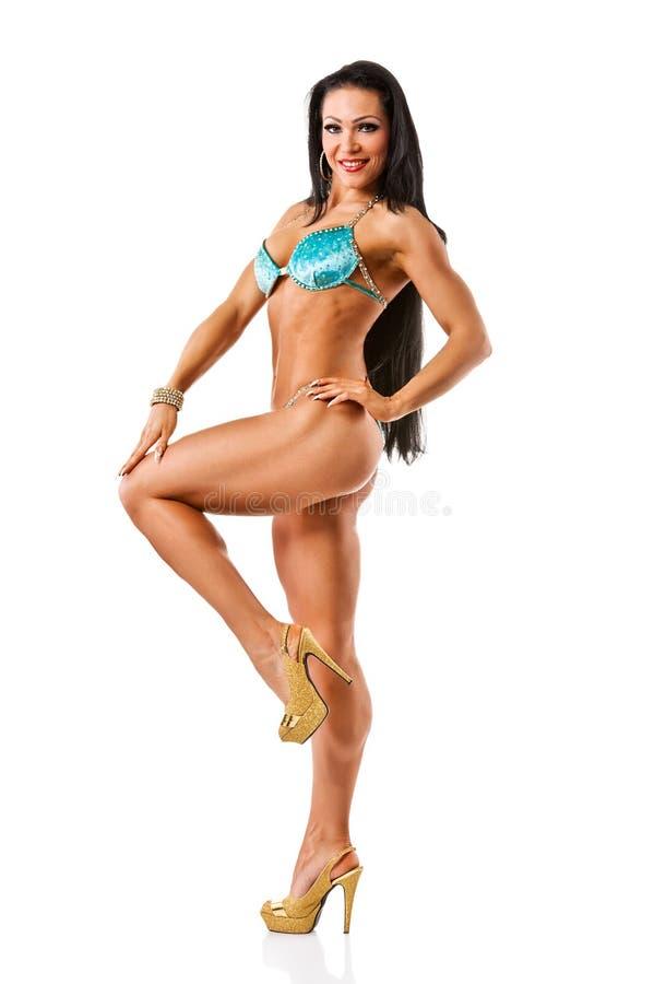 Бикини красивой атлетической девушки нося представляя над белым backgro стоковые изображения