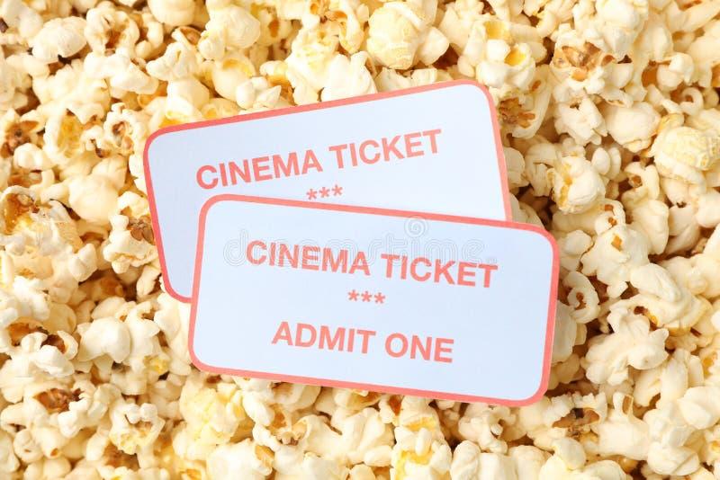 Билеты кино на предпосылке попкорна стоковые фотографии rf