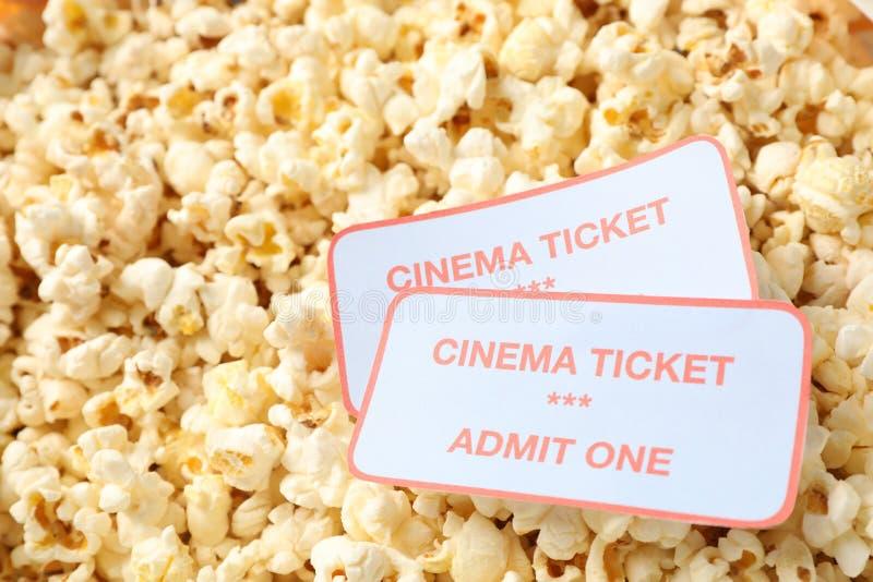 Билеты кино на предпосылке попкорна стоковое фото rf