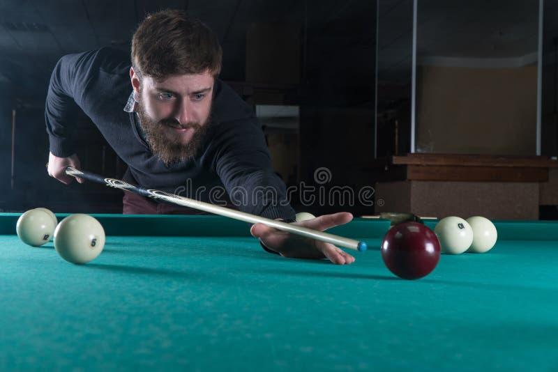 биллиарды укомплектовывают личным составом играть взгляд на шарике стоковые изображения