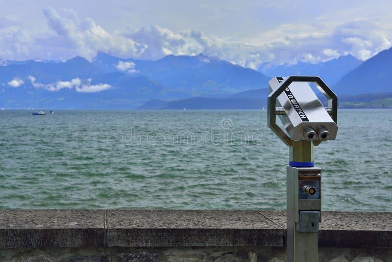 Бинокли и панорамные вид на озеро и горы стоковая фотография rf