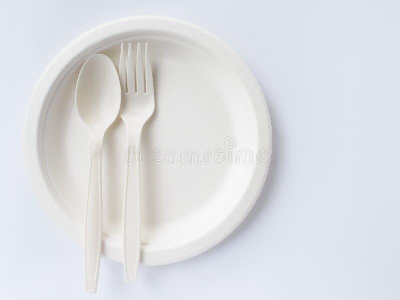 Био пластичные ложки и вилки на бумажной тарелке стоковые изображения