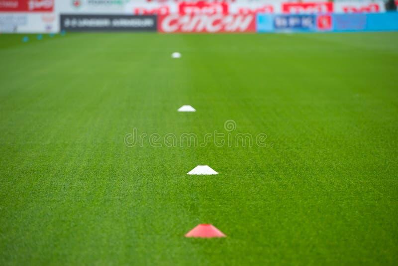 Бирки - препоны на футбольном поле для тренируя спортсменов стоковая фотография rf