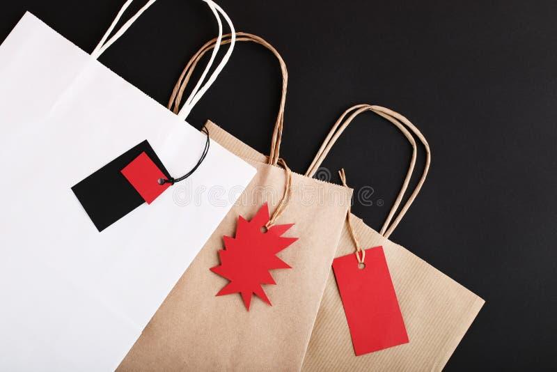 Бирки продажи с бумажными мешками стоковое фото