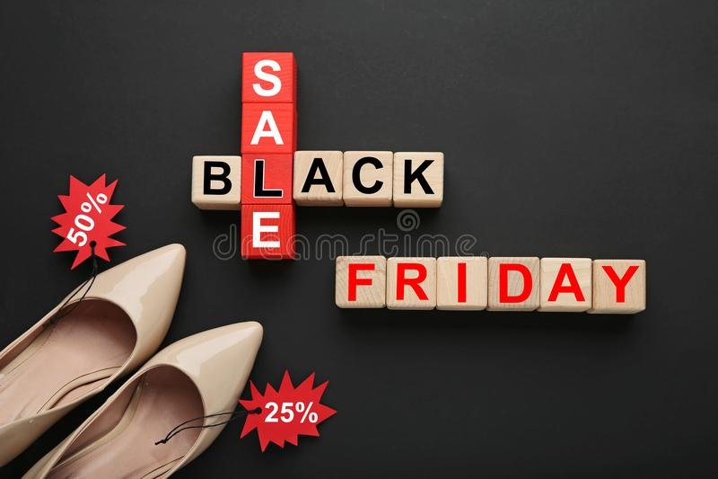 Бирки продажи с деревянными кубами стоковые изображения rf