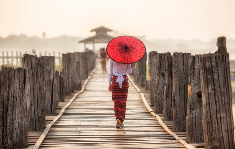 Бирманская женщина держа традиционный красный зонтик стоковая фотография rf