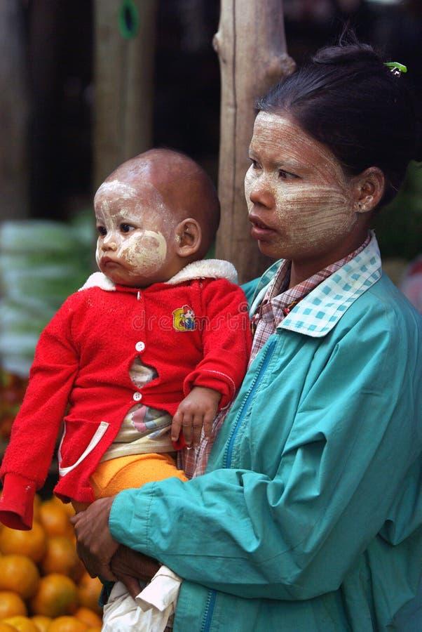 Бирманская женщина с ее младенцем на традиционном рынке 4-ого января 2011 в Bagan, Мьянме стоковая фотография