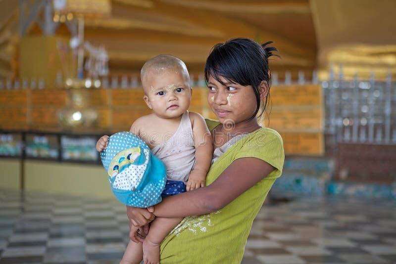 Бирманские женщина и ребенок стоковые фотографии rf