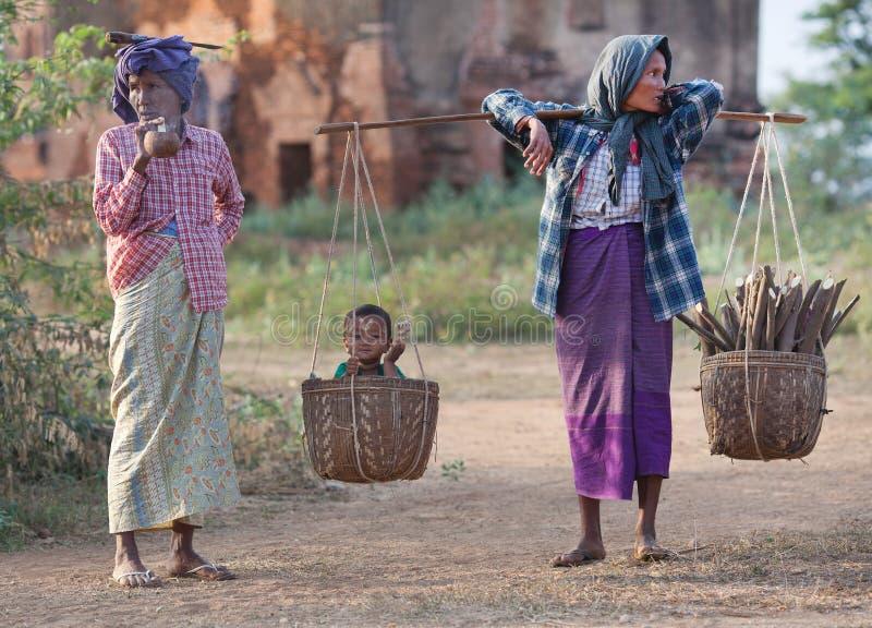 Бирманские женщины в национальных одеждах стоковая фотография rf