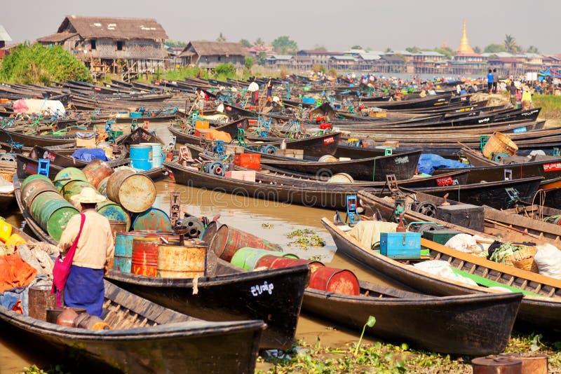 Бирманские люди торгуя на плавая рынке стоковые фотографии rf