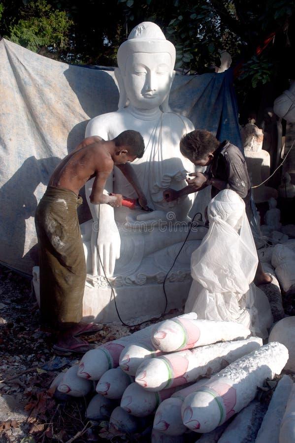 Бирманский человек высекая большую мраморную статую Будды стоковые фотографии rf
